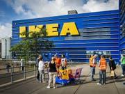 Die Onlinekonkurrenz und Investitionen für den Firmenumbau haben dem weltgrössten Möbelkonzern Ikea einen Gewinneinbruch eingebrockt. (Bild: KEYSTONE/EPA ANP/REMKO DE WAAL)