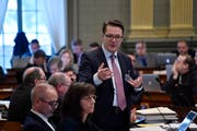 Finanzchef Benedikt Würth (stehend) bezeichnete die steigenden Ausgaben als «Sorgenkind». Bild: Regina Kühne