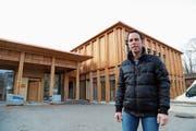Andreas Forter, Präsident der Baukommission, begleitet den Bau des Kirchgemeindehauses seit dem Spatenstich. (Bild: Jolanda Riedener)