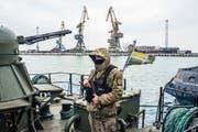 Ein ukrainischer Grenzwächter bewacht ein Schiff im Asowschen-Meer. (Bild: Martyn Aim/Getty (Mariupol, 28. November 2018))