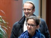 Alexandre de Senarclens, Präsident der FDP des Kantons Genf, erscheint zur Sitzung mit der FDP-Spitze im Bundeshaus. Auch Pierre Maudet hat sich entgegen ersten Absichten doch nach Bern begeben, um über das weitere Vorgehen in der Affäre um ihn teilzunehmen. (Bild: KEYSTONE/PETER SCHNEIDER)