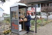 Ursi Hüther hat eine Telefonkabine gewonnen. Sie betreibt darin ihren Hofladen. (Bild: Manuela Olgiati)
