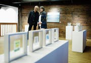 Lukas Meyer und Barbara Bachmann haben die Ausstellung in der Altstadthalle Zug organisiert. (Bild: Stefan Kaiser (27. November 2018))