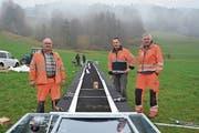 Theo Messmer, Betriebsleiter, Werner Messmer sowie Martin Giovanoli, Technischer Leiter, am letzten Freitagnachmittag bei der Installation des 30 Meter langen Förderbandes unweit des Gähwiler Skilifts (von links). (Bild: Beat Lanzendorfer)