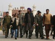 Mitglied der indischen Delagation bei der Grundsteinlegung: Der ehemalige Kricketstar, heutige Politiker und Sikh Navjot Singh Sidhu an der Grenzstation Wagha bei Lahore. (Bild: KEYSTONE/AP/K.M. CHAUDARY)
