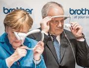 Angela Merkel und Johann Schneider-Ammann testeten an der Cebit in Hannover Reality-Brillen aus. (Bild: Ole Spata/Keystone (15. März 2016))