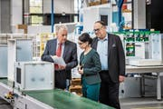 In der Küchenfabrik der Arboner Forster Swiss Home AG: Produktionsleiter Heinz Baumgarten, Firmenchefin Ipek Demirtas und Verwaltungsratspräsident Max Müller (von links). (Bild: Reto Martin (4. Mai 2018))