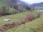 Glück hatte ein deutscher Autofahrer, der am Dienstag auf der Strasse über die Staffelegg einen Selbstunfall verursachte. Sein Auto überschlug sich mehrfach. Der Fahrer blieb unverletzt. (Bild: Handout Kantonspolizei Aargau)