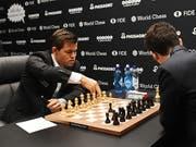 Der alte und neue Weltmeister Magnus Carlsen (links) hatte die Partien am Schlusstag jederzeit im Griff. (Bild: KEYSTONE/EPA/FACUNDO ARRIZABALAGA)