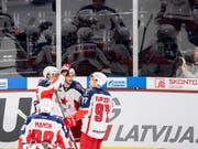 Moskaus Spieler jubeln auf Schweizer Eis, unter ihnen auch Kirill Kaprissow (rechts). (Bild: KEYSTONE/ENNIO LEANZA)
