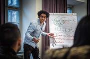 Verstehen die Jugendlichen ein Wort nicht, erklärt es der irakische Schriftsteller Usama Al Shahmani auf Arabisch. (Bild: Andrea Stalder)