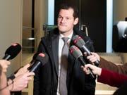Der Genfer FDP-Staatsrat Pierre Maudet will weiterhin nicht zurücktreten. Dies sagte er im Anschluss an ein Treffen mit der nationalen Parteileitung. (Bild: KEYSTONE/PETER SCHNEIDER)