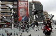 Wer für ihn ist, hat wenig zu befürchten: Wahlplakat des türkischen Präsidenten Recep Tayyip Erdogan im Zentrum Istanbuls. (Bild: Murad Sezer/Reuters (15. März 2017))