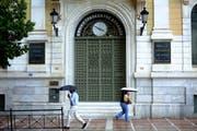 Am stärksten belastet sind die Banken in Griechenland mit 45 Prozent fauler Kredite. Im Bild: Die griechische Nationalbank. (Bild: Petros Karadijas/AP, Athen, 29. Juni 2015)