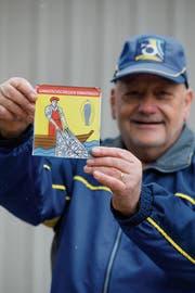 Schützenpräsident Willi Schneeberger präsentiert die neue Wappenscheibe. (Bild: Donato Caspari)