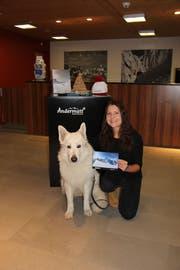 Die Gewinnerin eines 200-Franken-Gutscheins der Mammut Alpine School Manuela Gehrig mit ihrem Hund Milo. (Bild: PD)
