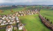 Zwischen dem Wohnquartier und dem Bahngleis sollen weitere Einfamilien- und Mehrfamilienhäuser entstehen. (Bild: Urs Bucher)