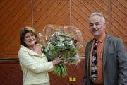 Ehrung für ein 25-jähriges politisches Wirken: Heidi Grau, Gemeindepräsidentin von Zihlschlacht-Sitterdorf, freut sich über den Blumenstrauss, den ihr Vizegemeindepräsident Walter Schindler übergeben hat. (Bild: Georg Stelzner)