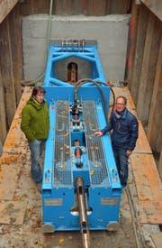 Planer Mark Todorovic und Gemeinderat Leo Steinbacher bei der grossen Berstmaschine. (Bild: Mario Testa)