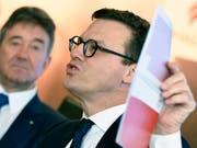 Swiss Life-CEO Patrick Frost (rechts) stellt den Aktionären des Versicherers eine höhere Gewinnbeteiligung in Aussicht. (Bild: KEYSTONE/WALTER BIERI)