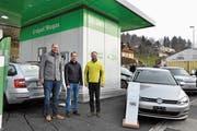Marc Zysset, Geschäftsführer der Säntis Energie AG, freut sich mit dem Wattwiler Gemeinderat Michael Steiger und mit Domenic Lanz, Geschäftsführer von Go Fast, (von rechts) über die neue Ökotankstelle in Wattwil. (Bild: Sabine Camedda)