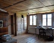 Bauernstube mit einem schlichten braunen Kachelofen aus den 1950er-Jahren – Einbauschrank mit Uhrenkasten, Felderdecke und Bretterboden sind älter. (Bild: PD/René Zimmermann)