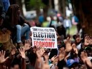 Die Demonstranten warfen Präsident Mnangagwa angesichts anhaltender Rekordarbeitslosigkeit, langer Schlangen an Tankstellen, teils leerer Supermarktregale und grosser Bargeldknappheit eine verfehlte Politik vor. (Bild: KEYSTONE/EPA/AARON UFUMELI)