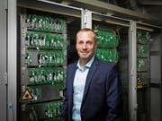 Remo Infanger, Direktor des Elektrizitätswerks Nidwalden (EWN) und des Kabelfernsehens Nidwalden (KFN). Hier vor einem Signalverteilschrank. (Bild: PD)