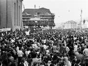 Die 1980-er Jahre waren von Jugendunruhen geprägt: Friedliche Demonstration für eine Wiedereröfffnung des Autonomen Jugendzentrums am 20. September 1980 in Zürich. (Bild: KEYSTONE/STR)