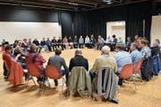 Die Theaterspieler des Forums Musikbühne Uri üben im Kreis ihre Texte zur Operette ein. (Bild: Georg Epp, Altdorf, 5. September 2018)