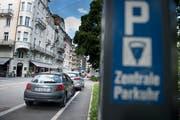 Parkplätze bei der Frankenstrasse. Eine systematische Reduktion soll es weiterhin nicht geben. (Bild: Corinne Glanzmann, 3. Juli 2017)