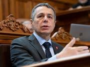 Aussenminister Ignazio Cassis spricht im Ständerat zum UNO-Migrationspakt. Aus Sicht des Bundesrates ist dieser im Interesse der Schweiz. (Bild: KEYSTONE/ANTHONY ANEX)