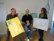 Peter Joos, Pfarrer Heinz Brauchart und Jacqueline Joos (von links) stellen Buch und Bilder vor. (Bild: Ruedi Wechsler (Beckenried, 26. November 2018))