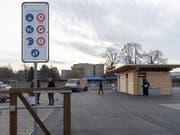 Tafel mit Benutzungsregeln am Eingang des ersten fest eingerichteten Fahrenden-Standplatzes von Basel-Stadt. (Bild: KEYSTONE/GEORGIOS KEFALAS)