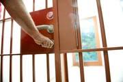 Ein Gefängniswärter schliesst die Türe zu einer Zelle. (Bild: Corinne Glanzmann (Stans, 5. November 2014))