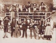 «Bassgiiger» (vordere Reihe, zweiter von links) im Jahr 1900 mit Obernauer Fasnächtlern.