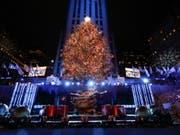 Der Weihnachtsbaum erstrahlt wieder am Rockefeller Center in New York. (Foto: Jason Szenes/EPA) (Bild: KEYSTONE/EPA/JASON SZENES)