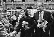 Elisabeth Kopp verlässt nach ihrer Wahl in den Bundesrat mit ihrem Mann Hans W. Kopp das Bundeshaus. (Bild: Keystone)