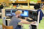 Luca Fischer konzentriert sich in der Tellenfeld-Halle auf das Regiepult. (Bild: PD)