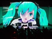 Künstlicher Popstar erzeugt echte Gefühle: Die animierte Sängerin Hatsune Miku begeistert die Massen. Nun tourt die japanische Figur durch Europa. (Bild: Keystone/EPA DPA/DANIEL REINHARDT)
