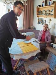 Roman Zünd liefert das Essen an Hildegard Zöller. (Bild: Walter Zünd)