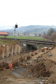 Der Durchlass des Rickenbachs wird nächstes Jahr erweitert. Spundwände für die Bauarbeiten wurden bereits erstellt. (Bild: Martin Knoepfel)