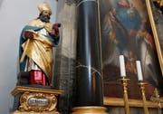 Der heilige Eligius als Bischof von Noyon mit drei der häufigsten Attribute: Pferdefuss, Hammer und Amboss. Statue in der Eligiuskapelle zu Meienberg im Freiamt. (Bild: Stefan Kaiser, 28.November 2018)