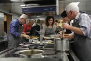 Die aus Resten zubereiteten Menus werden auf den Tellern schön angerichtet. (Bild: Fränzi Göggel)