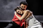 Regula Mühlemann als Juliette und Diego Silva als Roméo. (Bild: Ingo Höhn / Luzerner Theater)