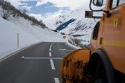 Die Strasse zwischen Hospental und Realp muss regelmässig gesperrt werden, wie hier im April 2013 nach einer Sprengung. (Bild: Archiv UZ)