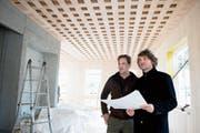Geschäftsführer Stephan Küng (links) und Architekt Søren Linhart begutachten die Baustelle. (Bild: Corinne Glanzmann (Alpnach, 28. November 2018))