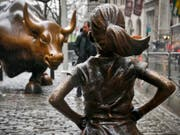 Die Skulptur «Fearless Girl» hat während eineinhalb Jahren dem Bullen vor der New Yorker Börse die Stirn geboten. Jetzt musste das furchtlose Mädchen umziehen. (Bild: KEYSTONE/AP/BEBETO MATTHEWS)