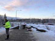 Durch ein starken Erdbeben im Süden Alaskas brachen Strassenteile ein. (Bild: KEYSTONE/AP/DAN JOLING)