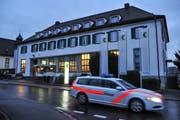 Die Polizei verlässt nach erfolgter Spurensicherung den Tatort an der Sirnacher Frauenfelderstrasse. (Bild: Olaf Kühne)